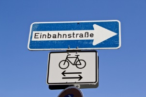 Keine Strafe für Radler: Wer die Einbahnstraße in die falsche Richtung nutzt, handelt bei diesem Schild richtig.