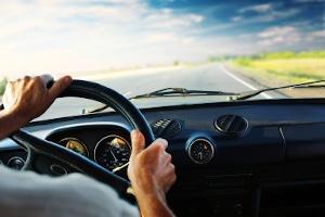 Wer nach einem Unfall einfach weiterfährt, begeht in den Regel Fahrerflucht.