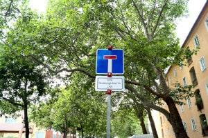 Welche Vorschriften sind nach dem Passieren von einem Verkehrszeichen für die Sackgasse von Bedeutung?