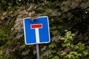 Befindet sich ein Zeichen in der Sackgasse, das die Vorfahrt regelt, müssen Sie sich auch daran halten.