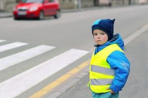 Vor allem Kinder sollten eine Warnweste tragen.