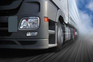 Tempoverstöße mit dem Lkw werden laut Bußgeldtabelle strenger geahndet.